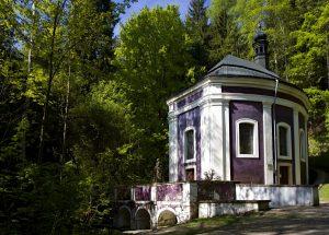 Kaple Klokočka s pramenem nad kaplí sv. Stapina