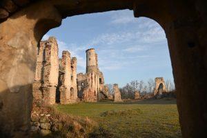 Pohled na areál s velkou věží od pozdně gotického portálku