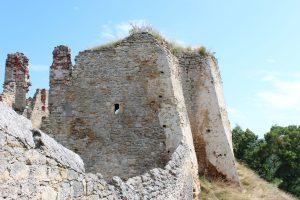 Opěrné pilíře jihozápadního nároží vzniklé adaptací původní druhé hradební věže