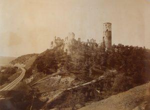 Jedna ze tří existujících fotografií Zvířetic pořízená krátce před pádem části věže roku 1897